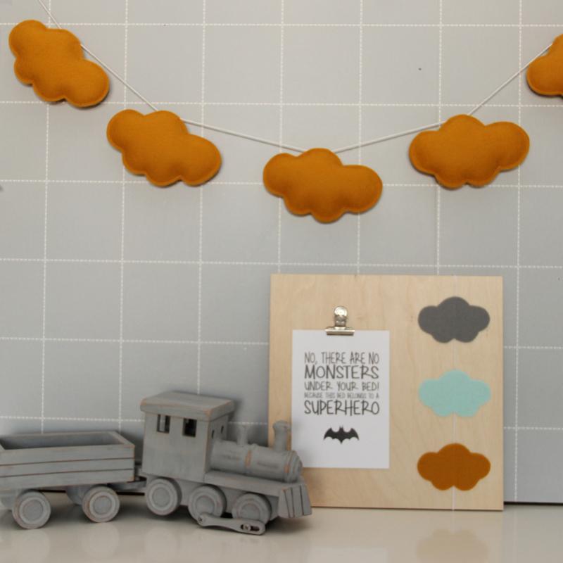 twee ons geluk - kidsware slinger wolkjes okergeel oker geel, Deco ideeën